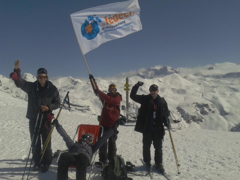 Photo équipe avec drapeau FEDEEH