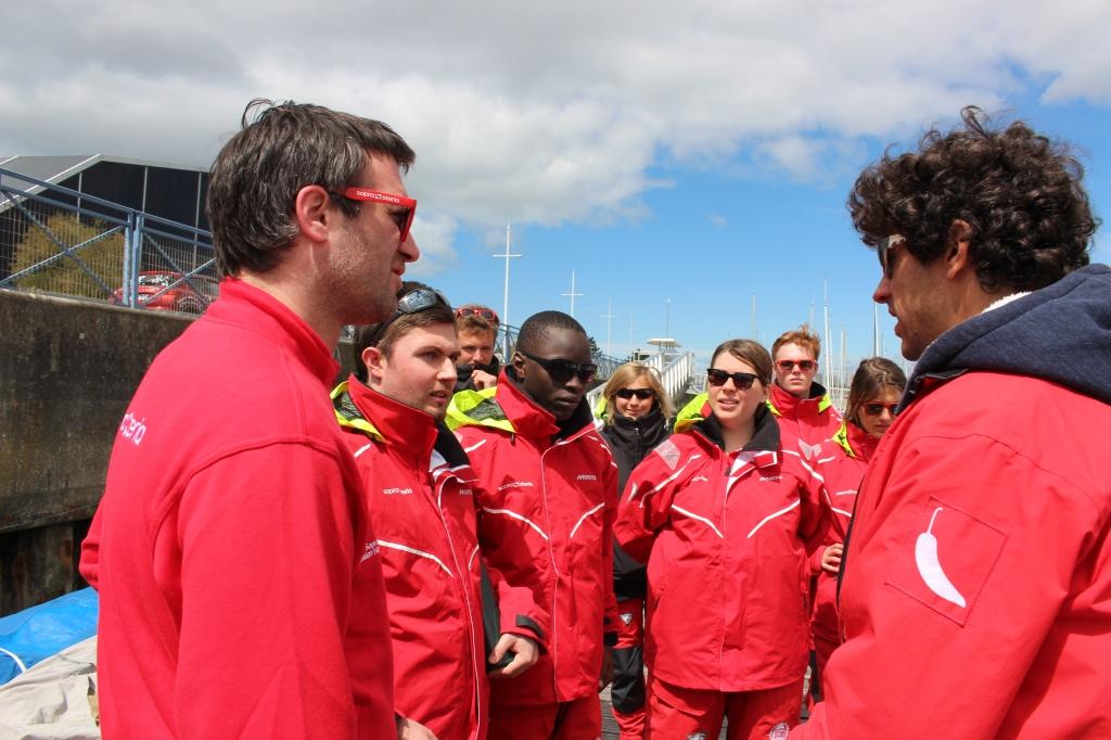 Les matelots en plein briefing avec Pierre Meisel, skipper du Team Jolokia