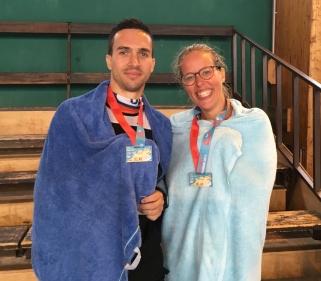 Semi-marathon Saint-Malo - Photo avec les médailles de finisher de Clara et Simon, son kiné