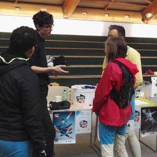 Fabien de (H)AGIR sensibilise les participants au Night N' Day avec la Hand in Box