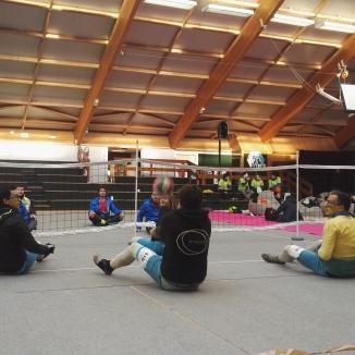 Deux équipes s'affrontent au volley assis