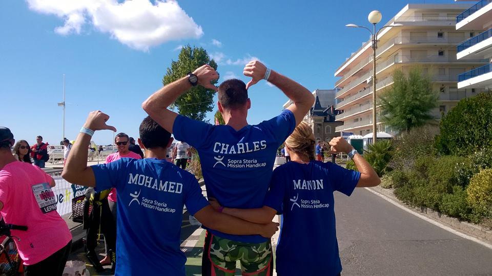 Photo de dos de Mohamed, Charles et Manon avec leurs tee-shirts FÉDÉEH floqués aux couleurs de Sopra Steria, sponsor du programme Sports en solidaire