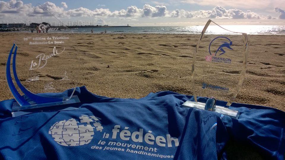 Photo sur la plage avec les deux trophées de l'équipe FÉDÉEH