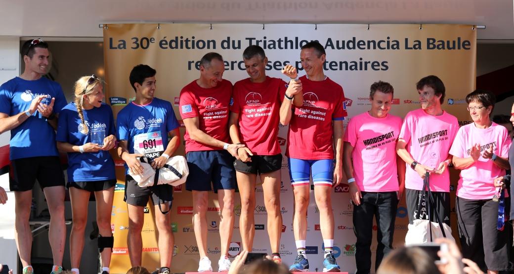 Podium handisport du tri-relais, l'équipe de la FÉDÉEH (Charles, Manon et Mohamed) finit à quelques secondes des premiers